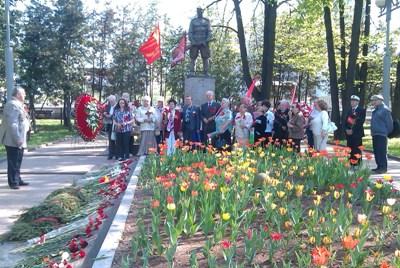 Возложение цветов 9 мая