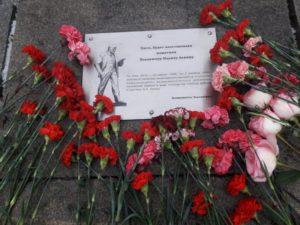 Цветы памятнику Ленина