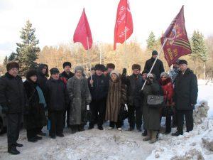 Возложение цветов Ленину